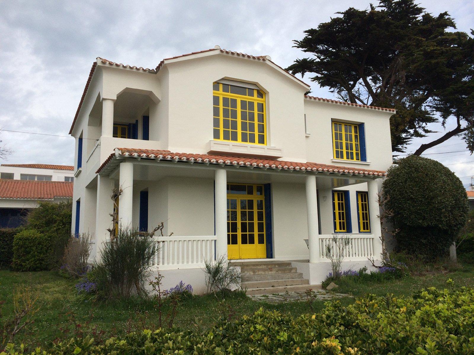 Ravalement de la façade d'une grande maison par l'entreprise ROGER SAS en Loire Atlantique