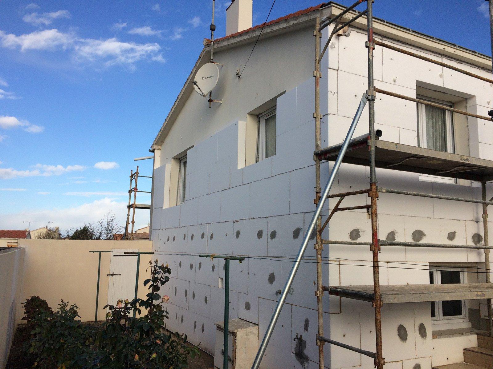 Isolation extérieure en cours sur la façade d'une maison par ROGER SAS en Loire Atantique