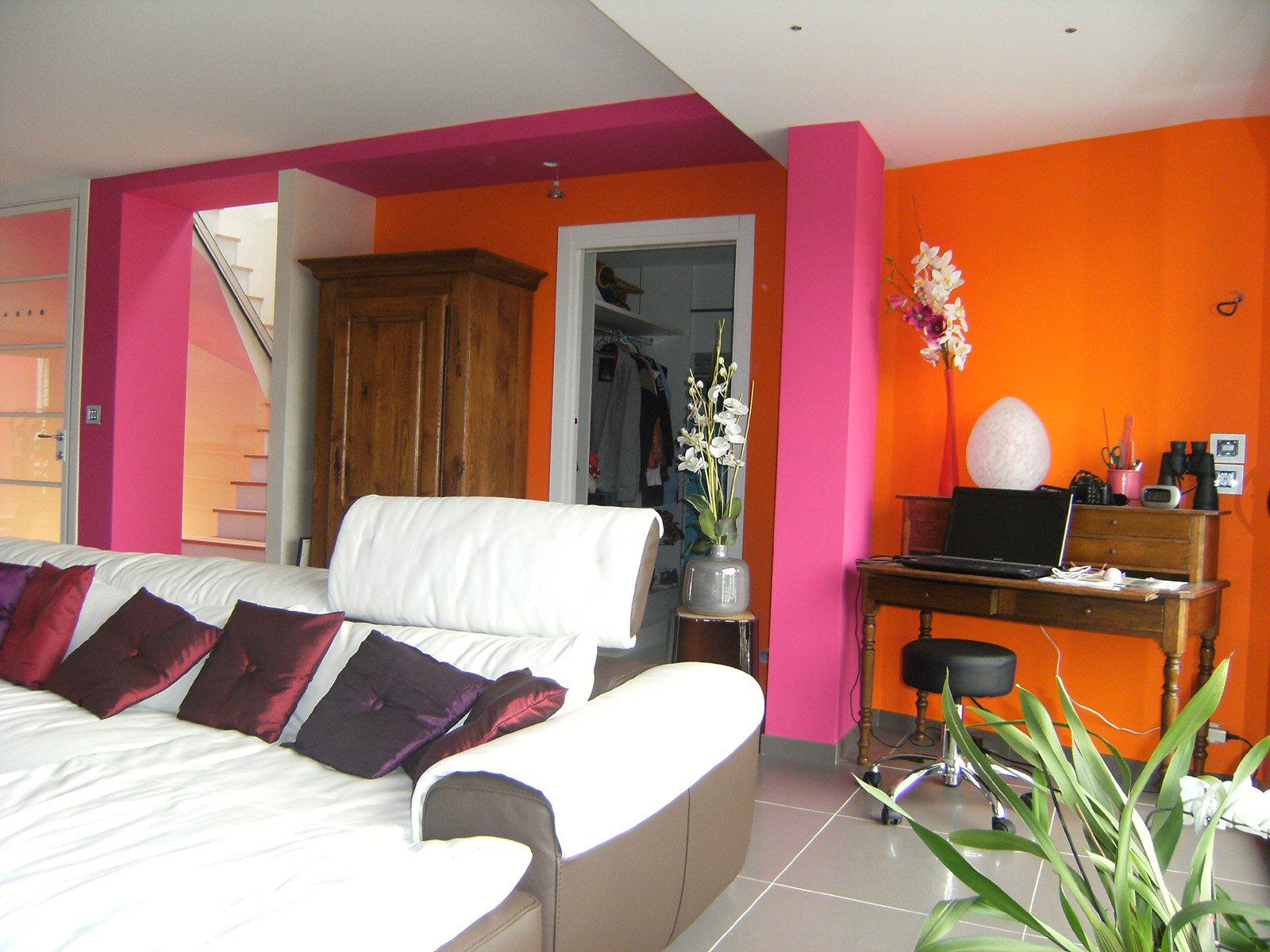 Peinture et décoration de l'intérieur d'une maison en orange et rose par ROGER SAS en Loire Atlantique